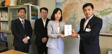 広島県に目録を贈呈する釈量子党首(左から3番目)、県本部代表の國領豊太氏(同最左)。