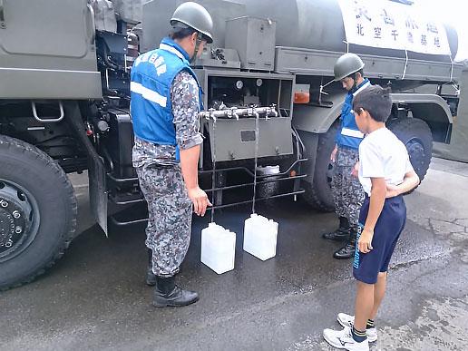 緊急避難場所となっていた厚真町厚南会館では、自衛隊の車両による給水作業や、お風呂の提供が行われていた。