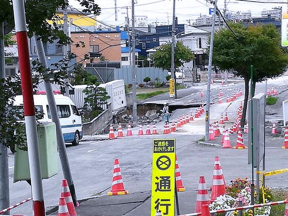 液状化現象が起きた札幌市清田区の様子。