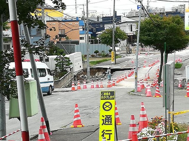 液状化現象が起きた札幌市清田区(9月10日)。住宅が傾いたり、道路が陥没していた。