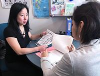 現地の大学教授と意見交換する後藤さん(写真左)。この大学教授は、「古い日本の新聞を読んで、中国の主張する南京大虐殺はなかったことが分かった」という。