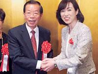台北駐日経済文化代表処の謝長廷代表(写真左)