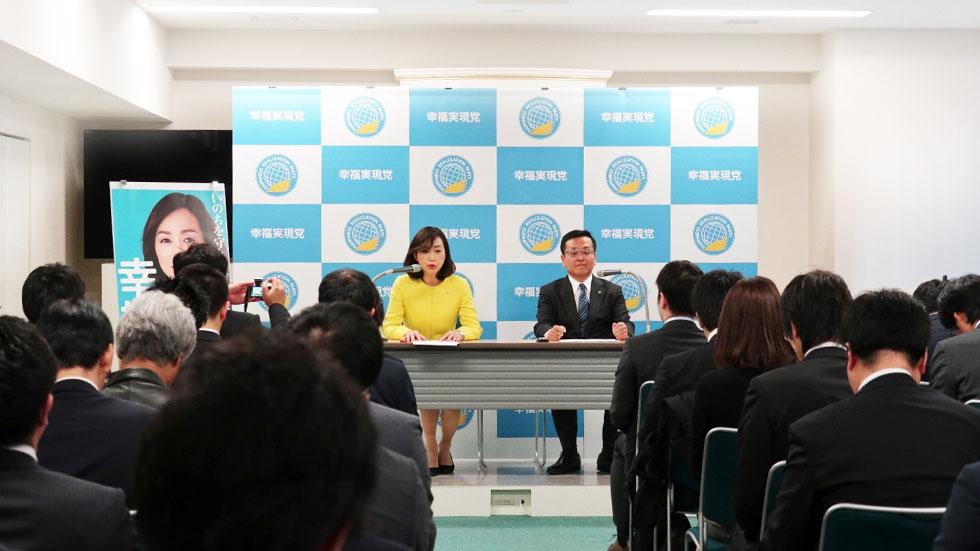 会見に臨む釈党首(写真左)と松島幹事長。全国紙・通信社7社、地方紙38社、スポーツ紙など5社が参加した。