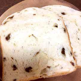自家製ラムレーズンとクリームチーズを練り込んだ自信作。