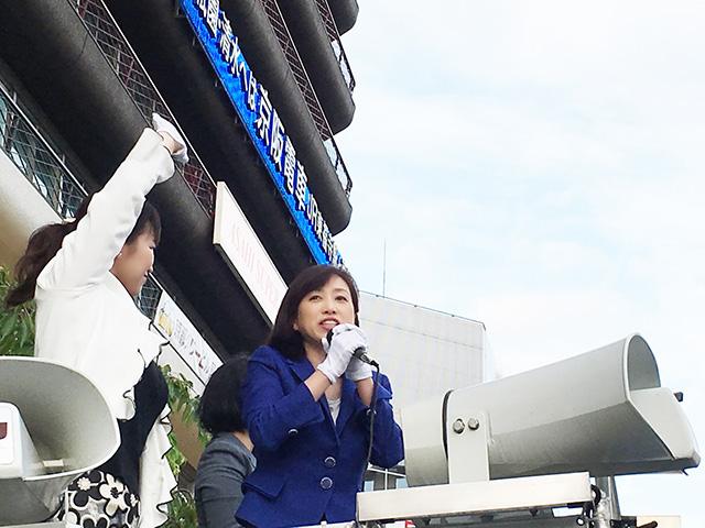 京都駅前での街頭演説。