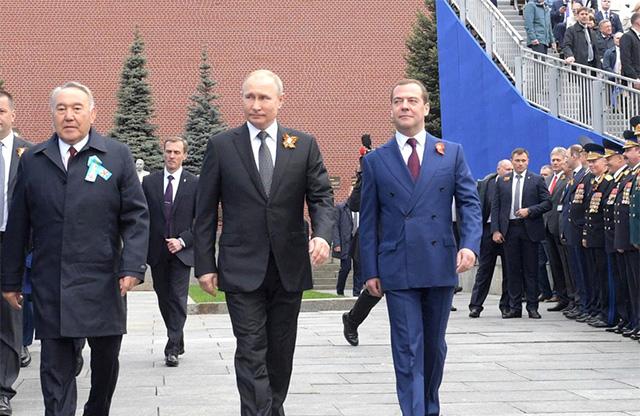5月21日、ロシア・モスクワで行われた、第二次大戦の対ドイツ戦勝記念日パレードに出席したプーチン露大統領(写真左)と、メドベージェフ首相(同右)。北方領土の国後島でもパレードが行われた。(写真・ロシア大統領府公式サイト)