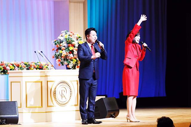講演後、あいさつした釈量子党首(写真右)と大阪府本部の数森けいご統括支部長。