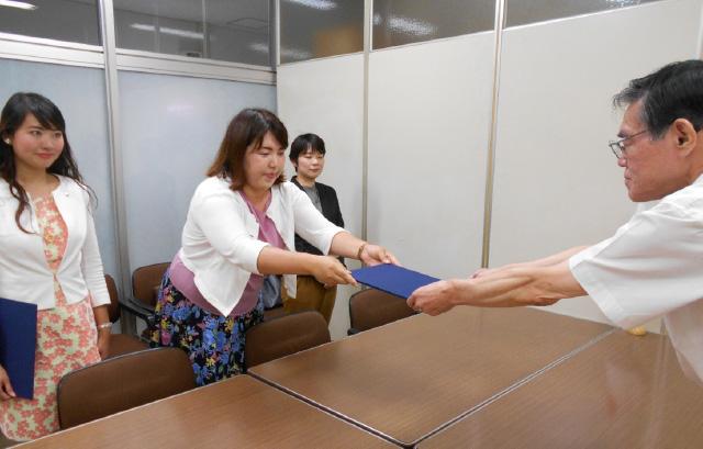 要望書を提出する、七海ひろこ党広報本部長(写真左)と、神奈川県本部のいき愛子統括支部長(同中央)。