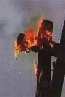 燃やされる十字架