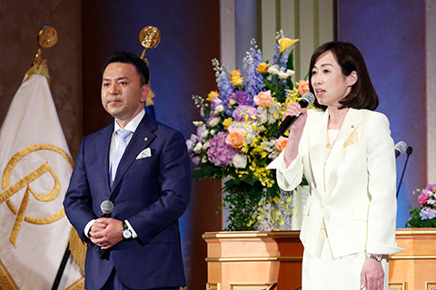 講演後にあいさつした釈量子党首(写真右)と北海道本部の森山よしのり統括支部長。