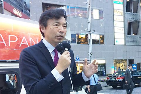 品川駅前で演説する及川幸久外務局長。