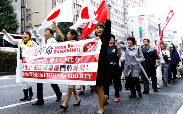 新宿を練り歩くデモに沿道からも声援の声が上がった。