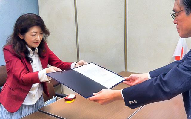 幸福実現党新潟県本部を代表して要望書と署名を渡す新発田市議会議員の渡辺葉子氏