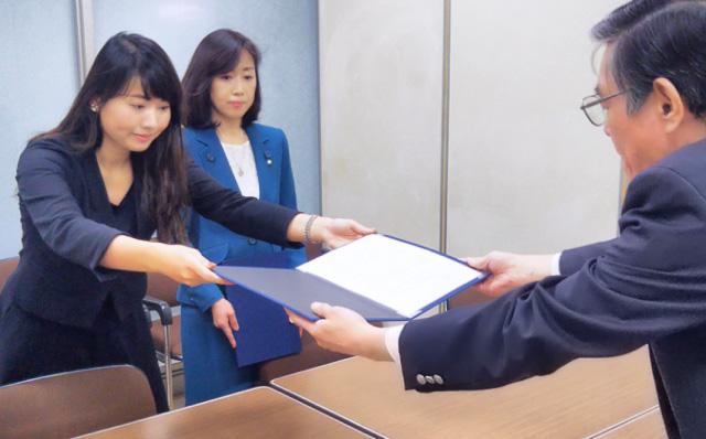 内閣府にて要望書を渡す七海ひろこ広報本部長