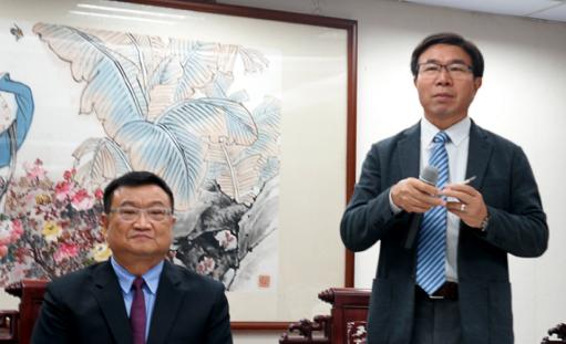 江志銘市議 (左)と 張茂楠市議(右)