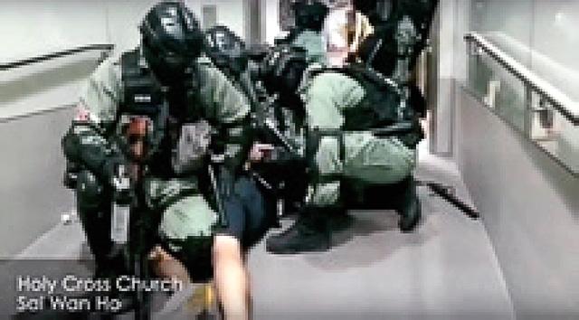 教会に突入し、市民を襲撃する香港警察