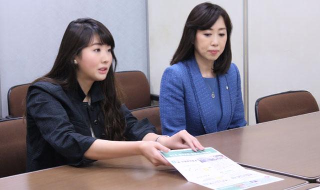 党機関紙(※幸福実現NEWS vol.121)を交え要望を伝える七海ひろこ広報本部長(左)