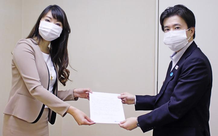 要望書を手渡す七海ひろこ東京都本部代表