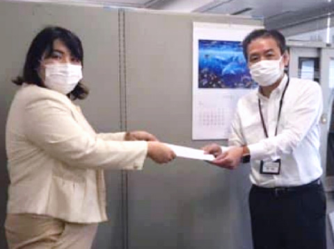 神奈川県くらし安全防災局副局長に要望書を手渡す いき愛子神奈川県統括支部代表