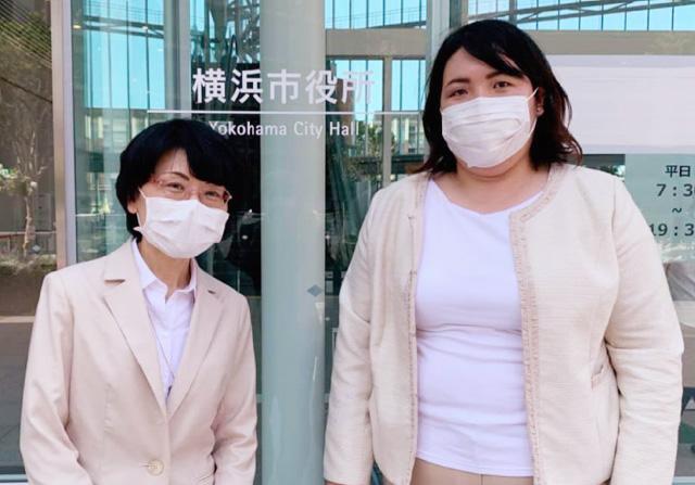 横浜市長に要望書を提出する澤輝子南関東エリア代表、いき愛子神奈川県統括支部代表