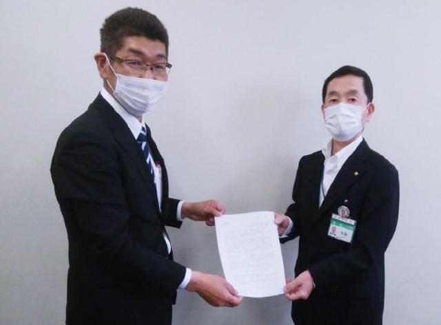 相模原市に要望書提出する小又英雄神奈川県本部代表