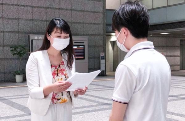 要望書を総務省に渡す七海ひろこ幸福実現党東京都本部代表