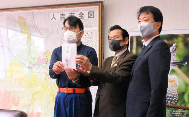 迫田浩二・人吉副市長(左側)に義援金をお渡しする、江夏正敏・幹事長(右側)と坂口頼邦・熊本県本部代表(中央)